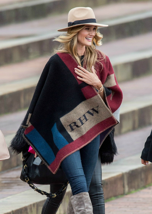 la-modella-mafia-Rosie-Huntington-Whiteley-2014-street-style-in-a-custom-initialized-Burberry-cape-1_LMUW_AVS