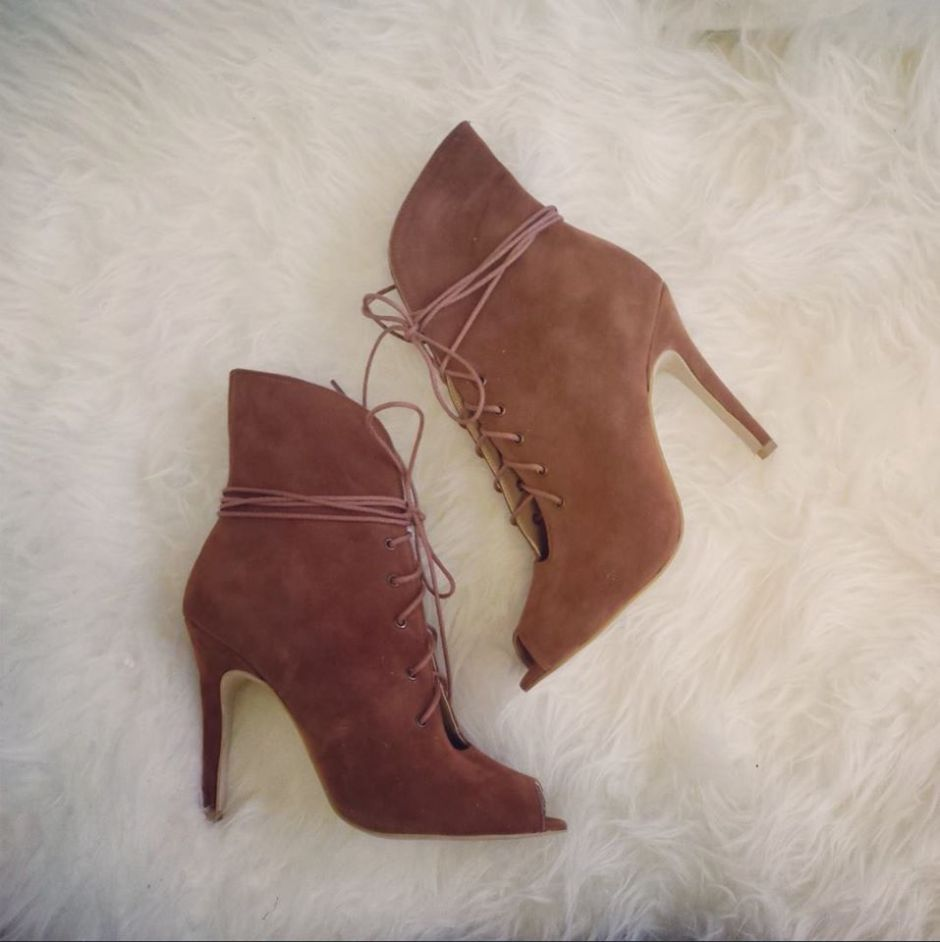 Caris-Closet_brown-laceup-ankle-boots-AVS_LMUW_fashion_blog